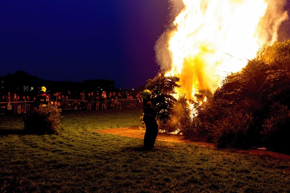 Gezellig druk bij kerstboomverbranding broekpolder in Heemskerk, op een hondenuitlaat veld,dus je schoenen checken