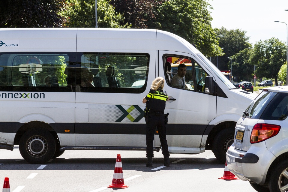"""In de krant wordt een artikel over """"Motorrijder gewond bij ongeval in Heemskerk"""" het volgend geschreven """"Agenten die ter plaatse waren hebben versterking opgeroepen om het verkeer in goede banen te leiden. Auto's sloegen bijvoorbeeld linksaf tegen het verkeer in om maar volgens hun navigatie te blijven rijden.""""<br />Helaas had de fotograaf met het hesje waarop o.a. de naam van de krant staat, lak aan de verkeersregels en goed fatsoen, ik had hem met de volgende bewoording aangesproken """"vindt je niet dat je vreemd gedrag vertoon?"""" hij haalde zijn schouders op en zei """"zeker een plaatselijk fotograaf?"""" .Deze fotograaf was met zijn auto tegen het verkeer in over het fietspad gereden en parkeerde zijn auto half op de stoep en fietspad, het fietspad was ten tijde van het incident, gewoon open voor het fietsverkeer, Kan me niet voorstellen dat de krant op deze wijze aan haar berichtgeving wil komen.<br /><br />Ook een chauffeur van groepsvervoer dacht dat hij ook het recht had om tegen het verkeer in te rijden en werd staande gehouden door de politie en kreeg een verbaal, je kind zal maar bij z'n chauffeur in het busje zitten.<br /><br />Dit soort figuren moet je gewoon weer op cursus sturen."""